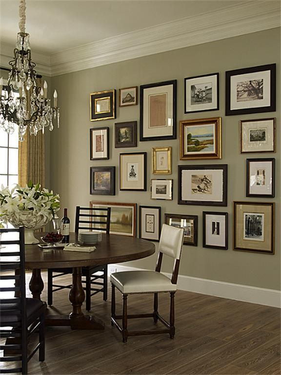 Idee per appendere i quadri for Hanging family pictures in living room